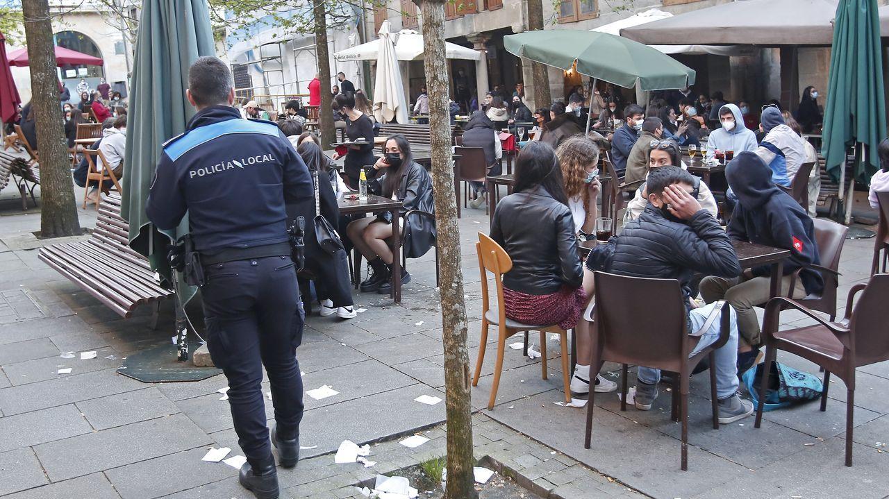 Las terrazas de la plaza Mayor de Lugo también estaban repletas.En Pontevedra la policía tuvo que controlar las terrazas para vigilar el cumplimiento de las medidas de seguridad