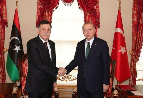 El presidente turco Recep Tayyip Erdogan con el primer ministro del Gobierno de Acuerdo Nacional (GNA) de Libia, Fayez al-Sarra.
