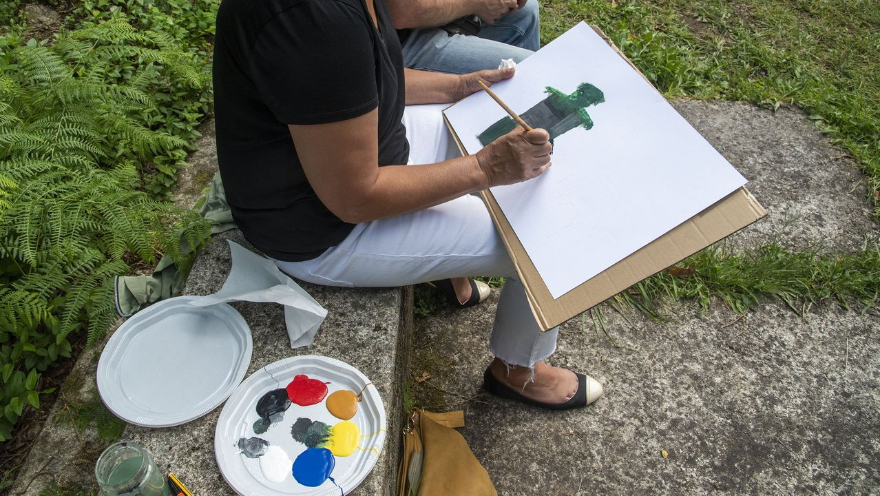 Un taller de pintura al aire libre en el entorno de la iglesia, el componente lúdico de esta jornada