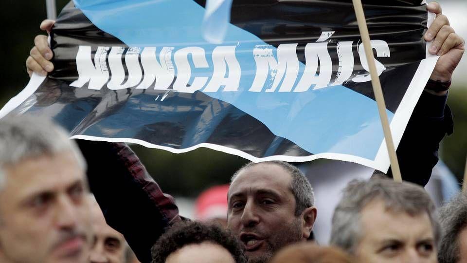 Mujeres amortajadas con una sábana blanca protestan por los crímenes machistas