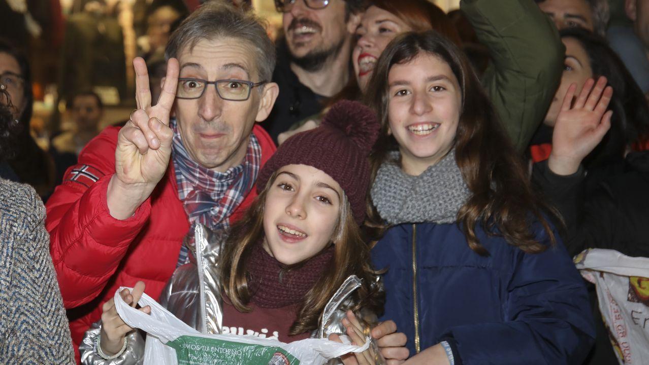 Ángel Souto, afilador, hace sonar sus chiflos en Santiago cada sábado