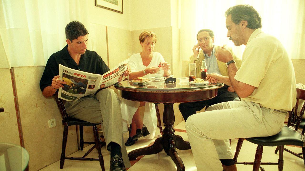ROY MAKAAY EN LA CAFETERIA DEL SANATORIO MODELO ESPERANDO PARA PASAR EL RECONOCIMIENTO MEDICO ACOMPAÑADO DE SU MUJER , DE BARROS BOTANA Y DE  , RICHARD MOAR.