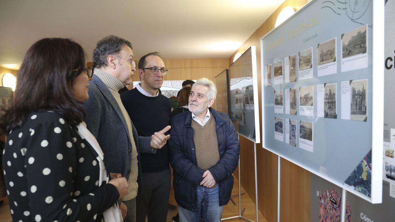 Libros y mascarillas en la feria de Vigo.La casa de Rosalía fue uno de los museos que participó en la reunión de este miércoles