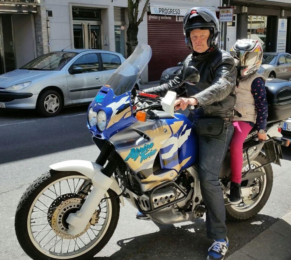La noche electoral el Lugo.Saavedra (Foro Lugo) dio un paseo en moto con su hijo.
