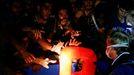 Personal del barco de rescate Sea Watch 3 reparte chalecos a migrantes rescatados en el Mediterráneo el pasado día 1