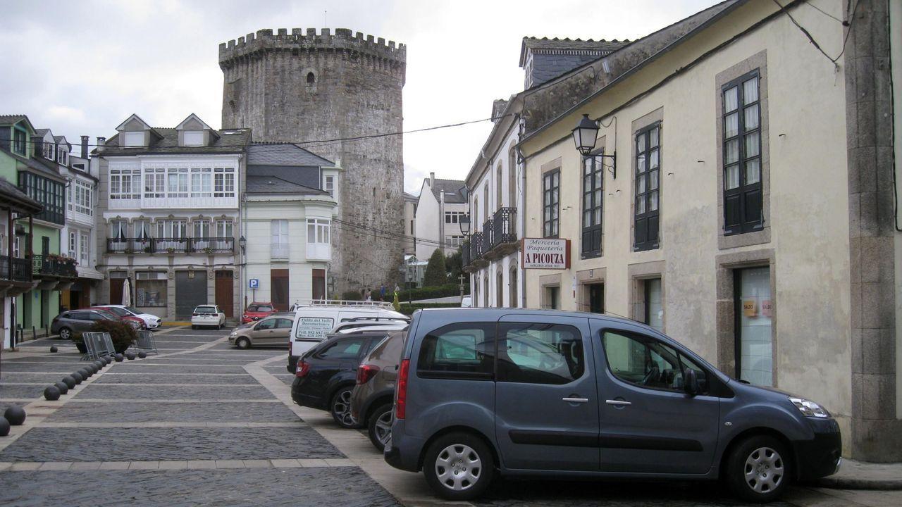 Coches aparcados en verano en la plaza de Santa María
