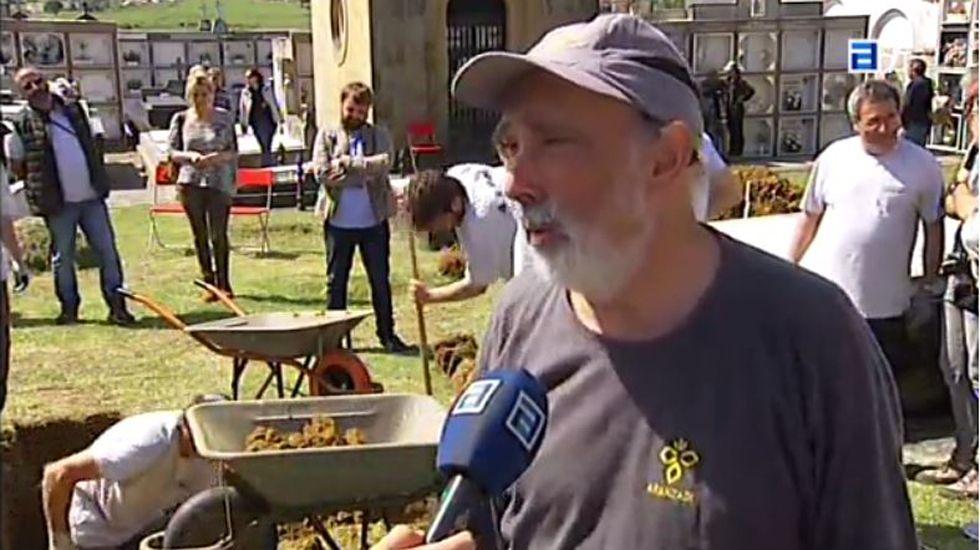 Excavaciones en Bañugues.El forense Francisco Echeverría en los trabajos de la fosa común de Bañugues