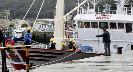 La tripulación del pesquero, en las tareas de atraque a su llegada ayer al puerto de Celeiro.