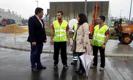Landeira y Do Campo charlan con los operarios, que trabajarán en la rotonda durante dos semanas.