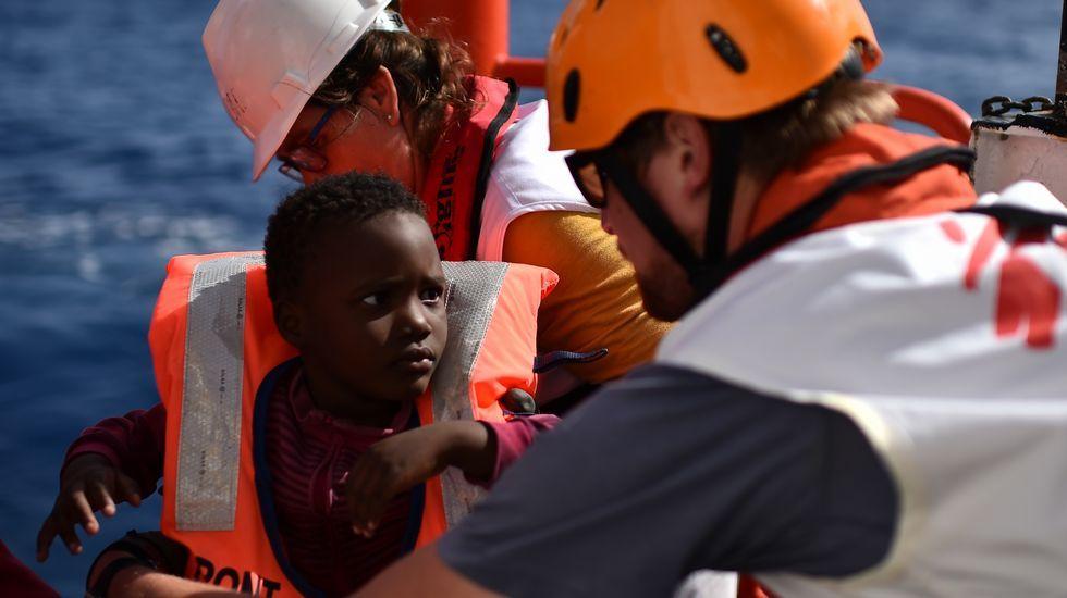Personal de emergencia atiende a un niño rescatado por el Aquarius en aguas del Mediterráneo