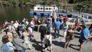 Pasajeros a la espera de subir a uno de los barcos de la Diputación este verano en el cañón del Sil