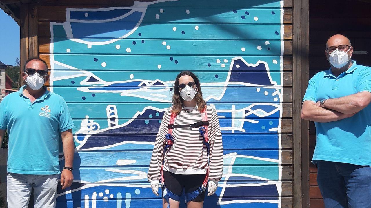 La primera casa pasiva de Galicia con certificación del Passivhaus Institut.La artista local Blanca Escrigas, delante del mural que ha pintado en la oficina de turismo de Valdoviño