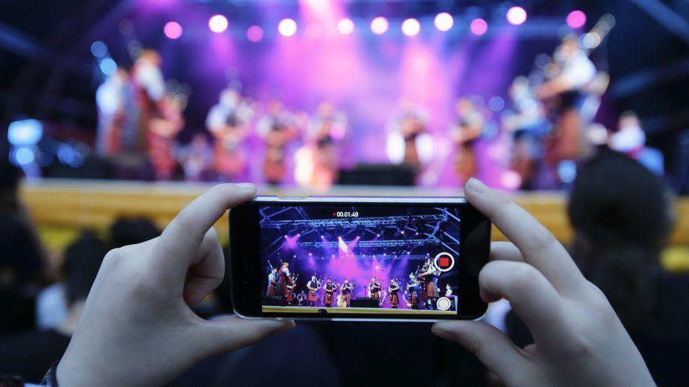 La mayor concentración de gente en la explanada de la Alameda se registró durante los conciertos de la noche del sábado.