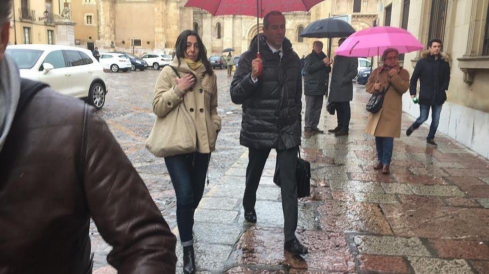 Entrevista a Raquel Gago horas antes de entrar en prisión.Montserrat y su hija Triana, arriba, y la policía Raquel Gago, abajo, en el momento de escuchar el veredicto del jurado popular.