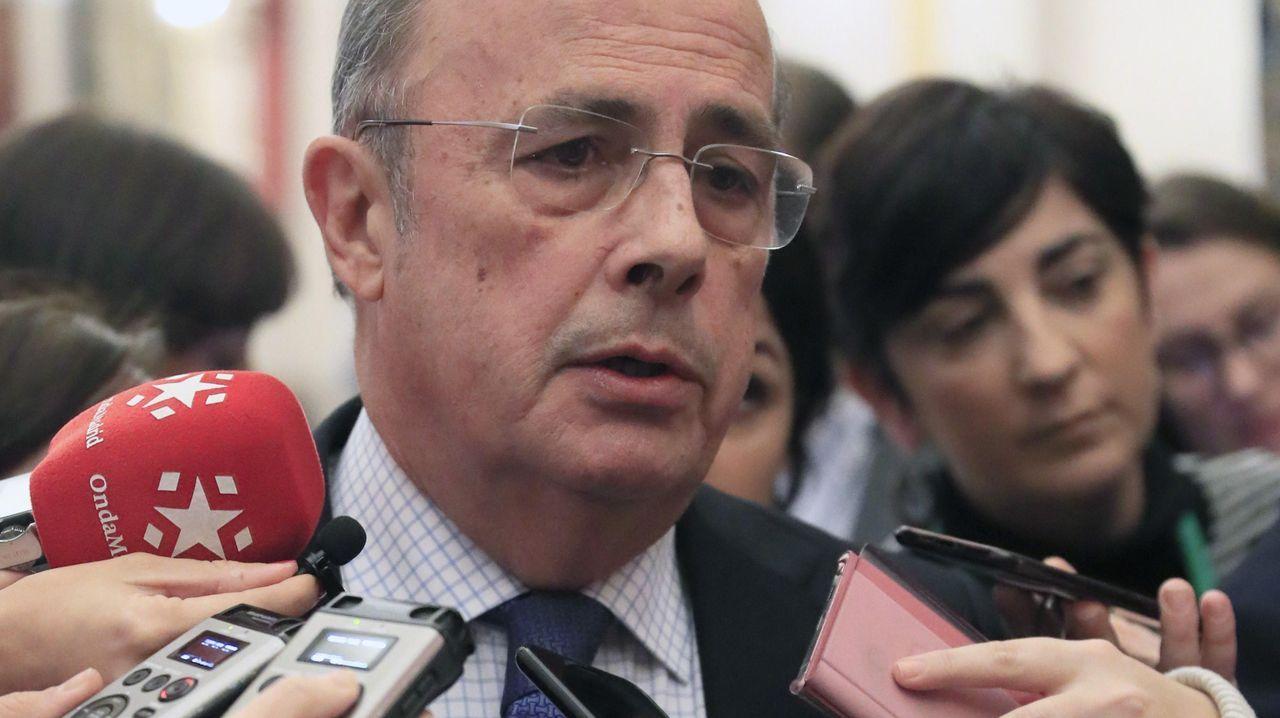 Abascal: «Tendremos que elegir entre pensiones o 17 parlamentos autonómicos».Adriana Lastra