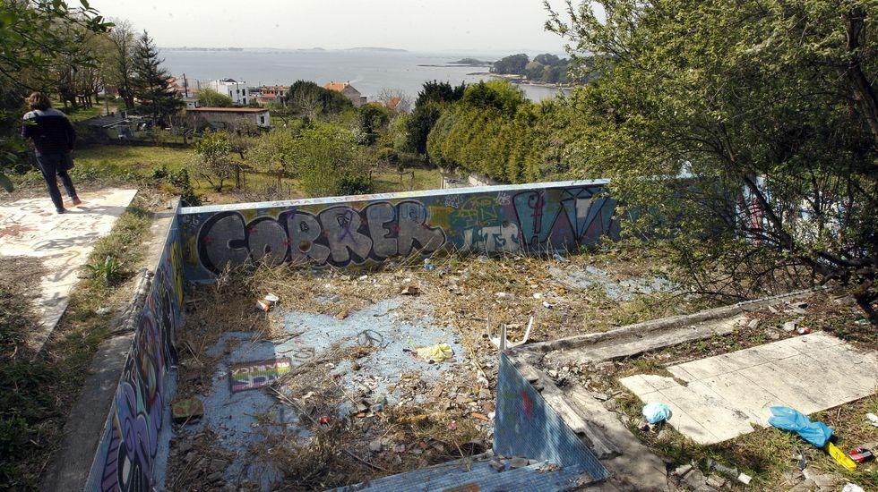 Piscina con espectaculares vistas en el chalé que Jorge Dorribo compró en Carril (Vilagarcía) y que hoy está en ruinas