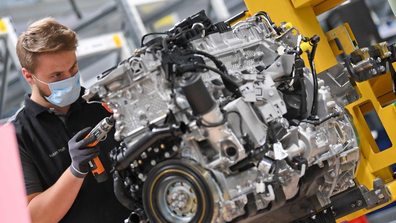 Un trabajador ensambla un motor para un modelo de Mercedes-Benz en la planta de Stuttgart