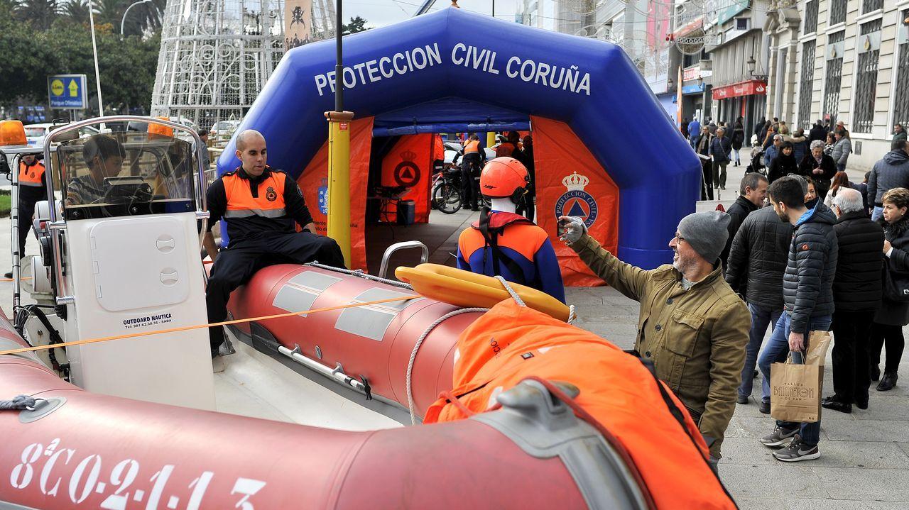 Protección Civil muestra sus «armas».Mollejo y Peru buscan un centro al área durante el reciente derbi contra el Lugo