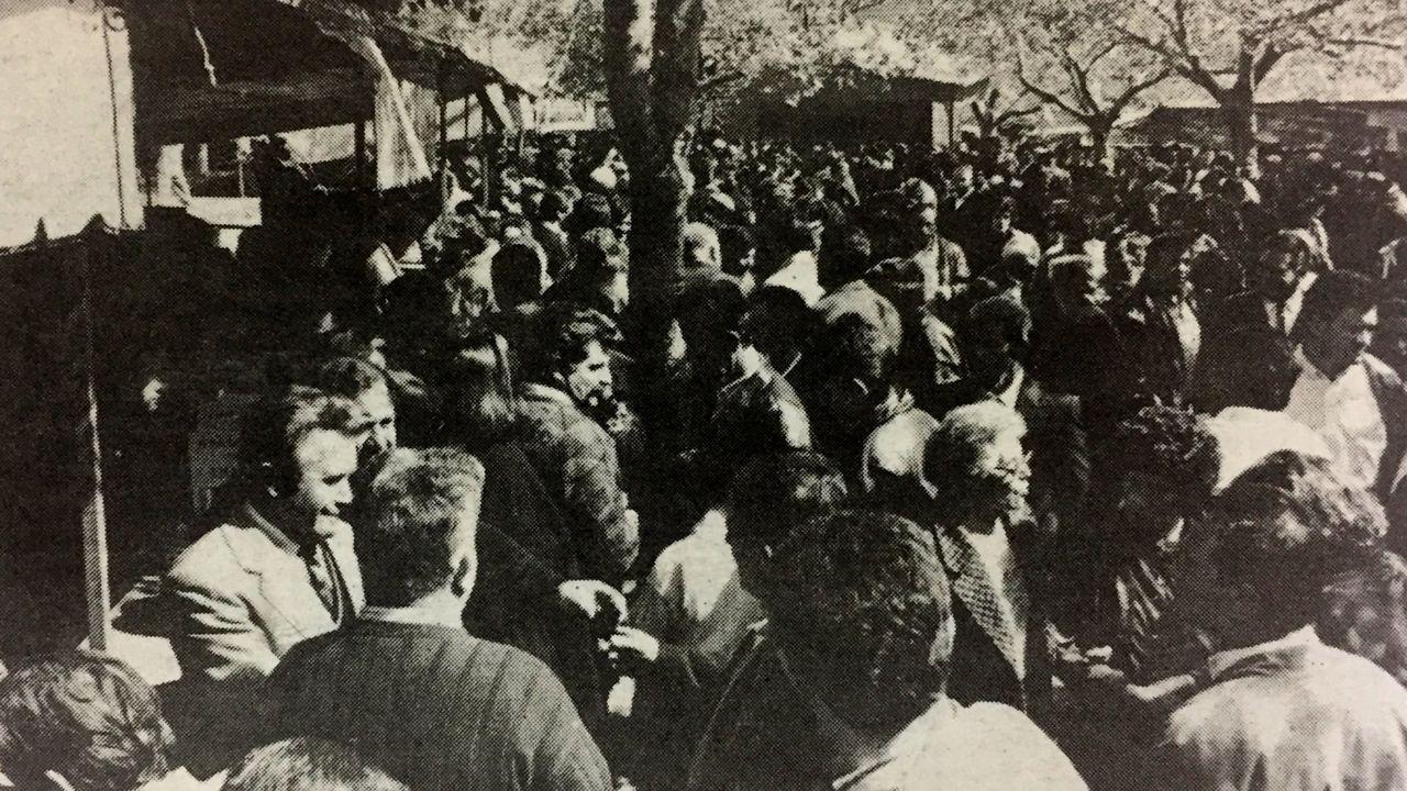 Una muchedumbre en la Feira do Viño de Amandi en una foto publicada en La Voz en 1991