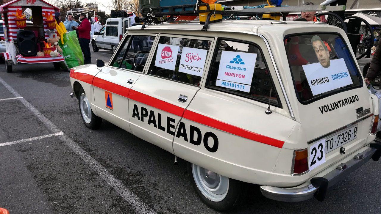 Los Locos esperan sitio en el callejero de Gijón.Automóvil decorado para su participación en el desfile de Antroxu por voluntarios de Vaema en protesta contra el ayuntamiento
