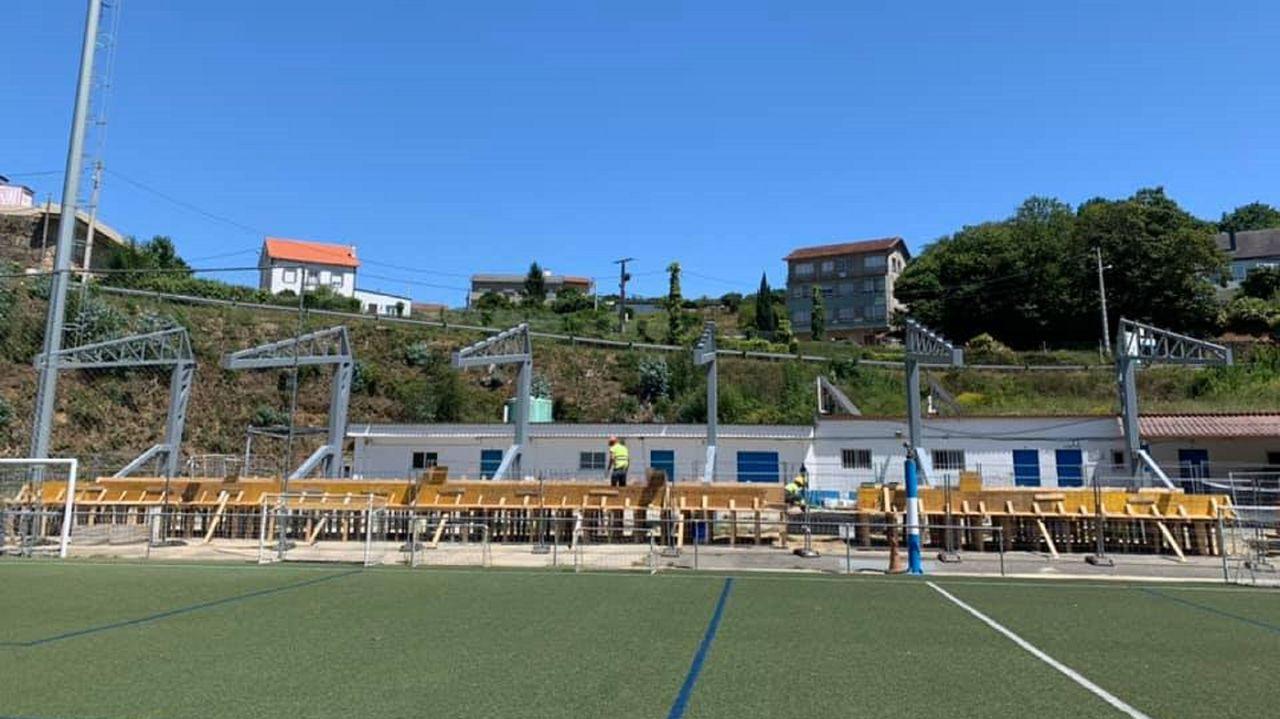 Fotografia del estado de las obras en el campo de fútbol de A Gándara, en Pontedeume