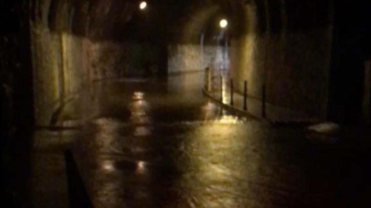 El túnel que une Arnao y Salinas se encuentra inundado