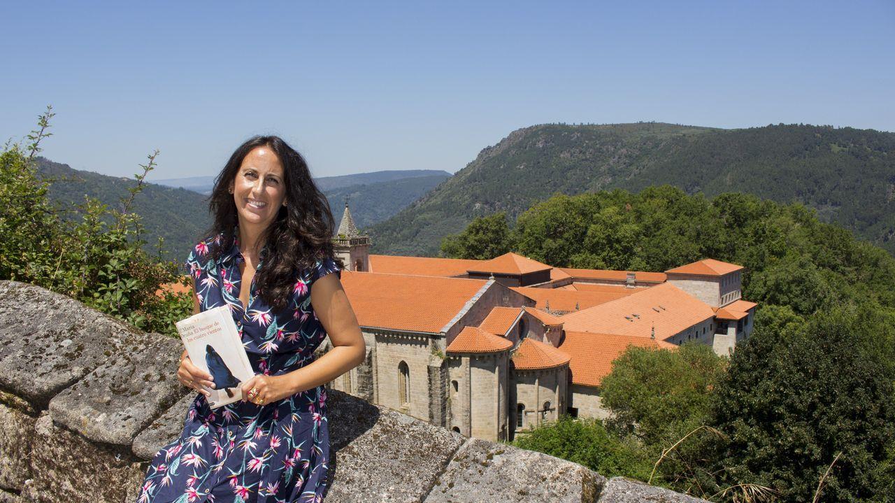 Maristas se empapa de escritoras gallegas.María Oruña, ante el parador de Santo Estevo de Ribas de Sil, que ha inspirado su nueva novela