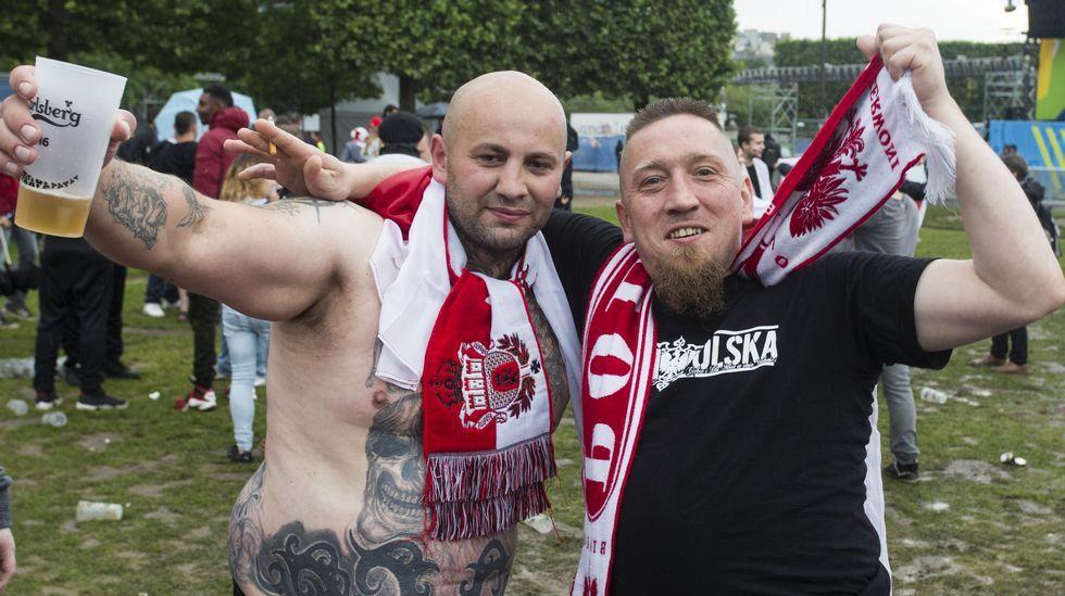 Las tremendas imágenes que grabó un hooligan ruso durante la pelea.Fans polacos con una de las últimas cervezas que se servirán en la Euro 2016