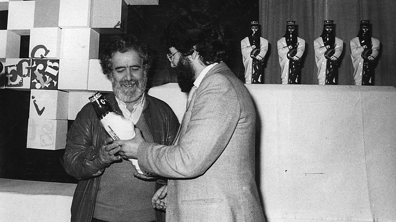 Fotografía de Chao Rego recogiendo un premio en los años ochenta