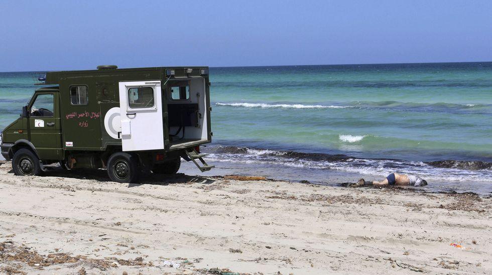 El cuerpo de un inmigrante muerto yace en la playa de Zuwara, oeste de Trípoli, Libano
