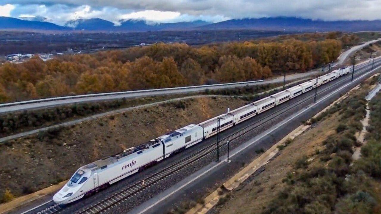 Un Alvia pasando con la zona de Zamora en la que se abrirá el nuevo tramo de alta velocidad