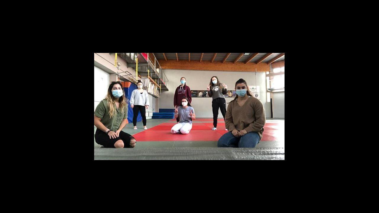 Clases de capoeira en un colegio