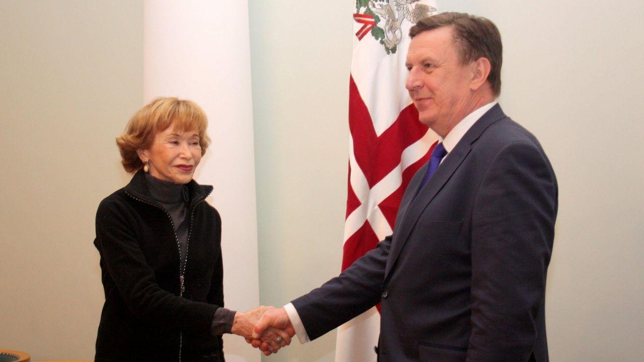 La presidenta del Consejo de Estado español, María Teresa Fernández de la Vega, saluda al primer ministro de Letonia, Maris Kucinskis, en el marco de la visita oficial a Letonia que inició ayer, centrada en el relevo del contingente español integrado en las misiones de la OTAN en el Báltico