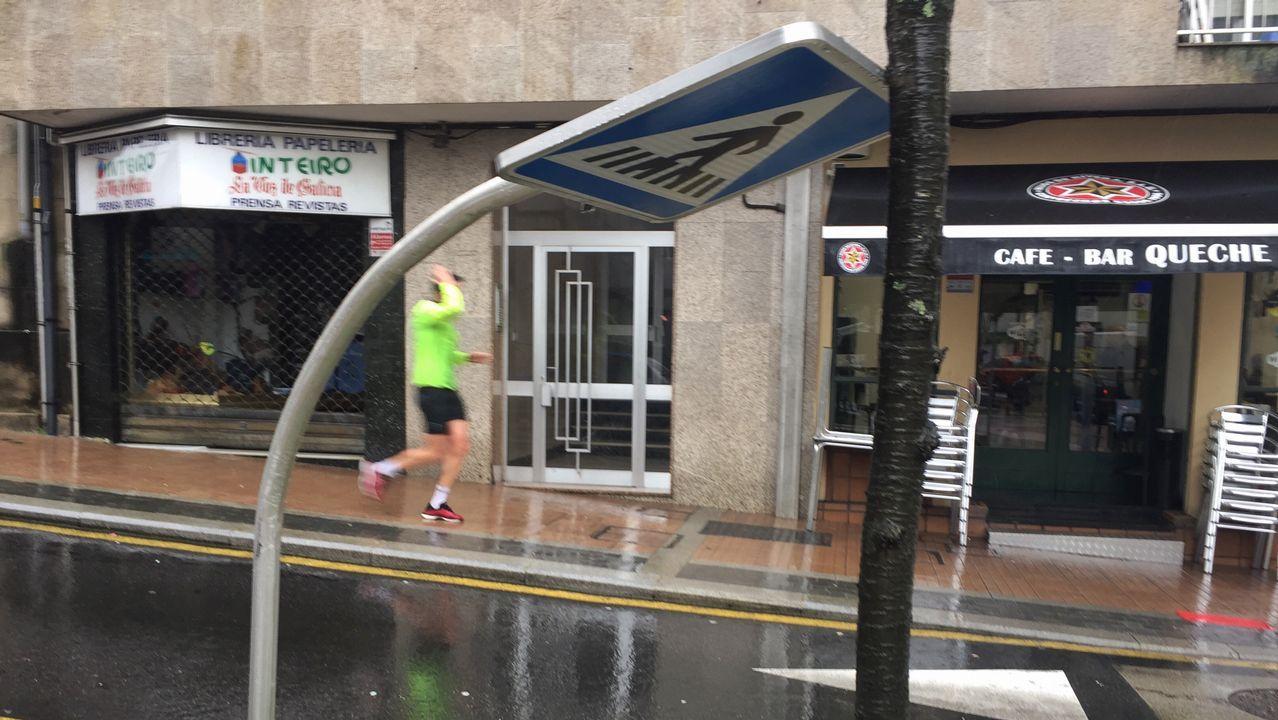 Señal de paso de peatones doblada por el viento en la calle Javier Puig