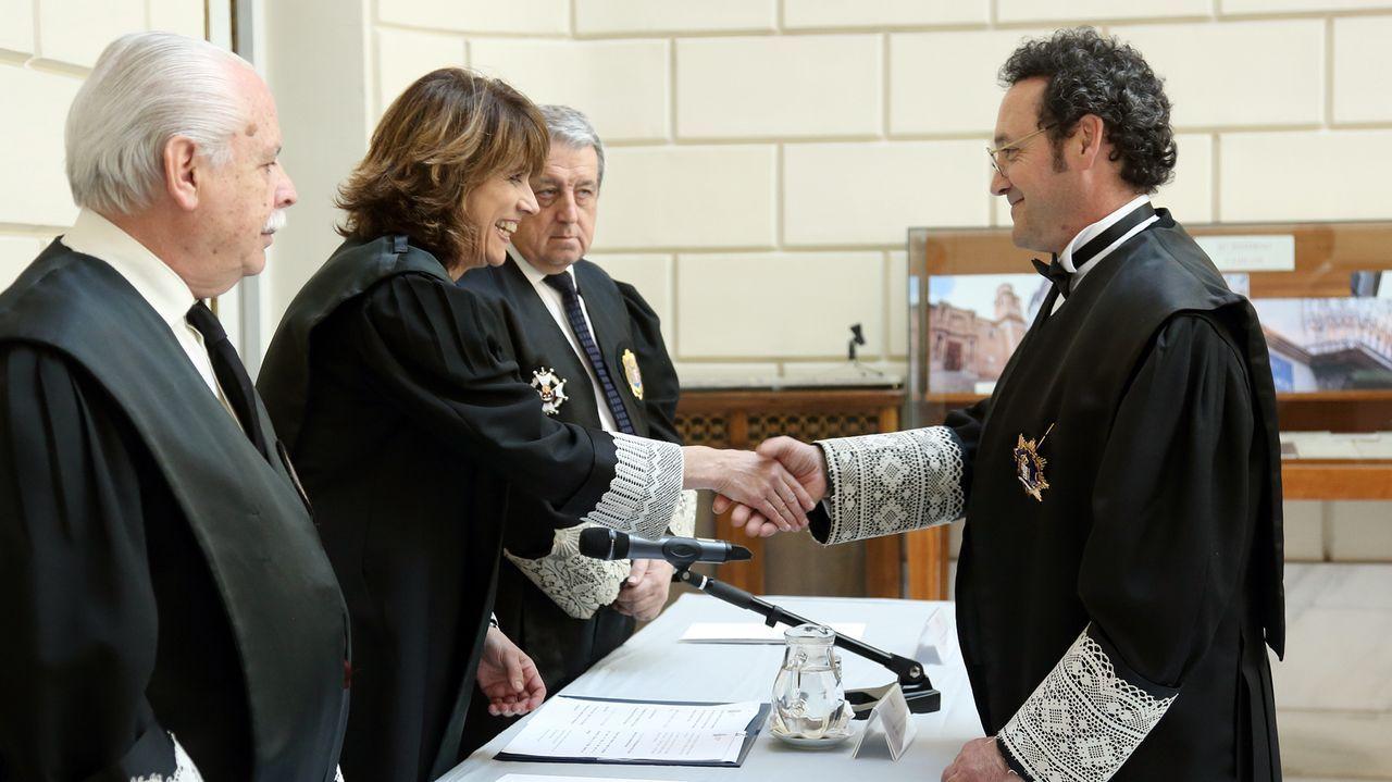 Álvaro García Ortiz estrecha la mano de Dolores Delgado tras tomar posesión en Madrid como fiscal jefe de la Secretaría Técnica de la Fiscalía General del Estado