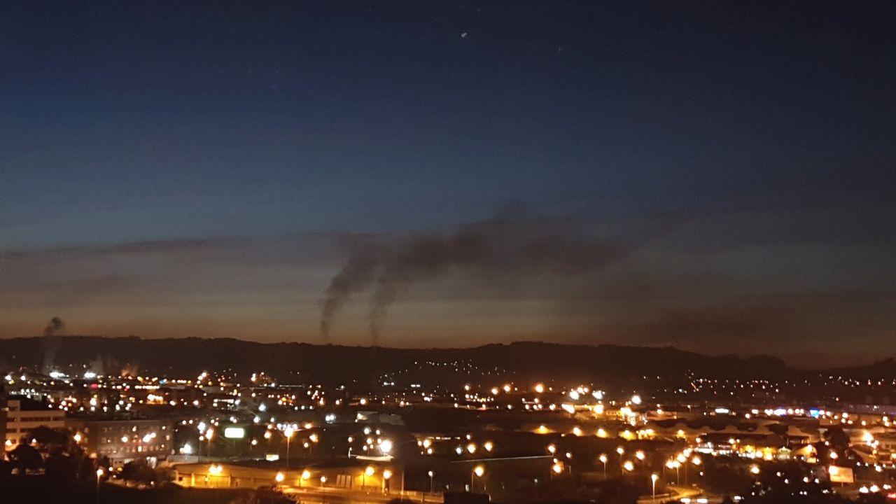Gijon Muro de San Lorenzo corte.Vista de las nubes de contaminación en Gijón