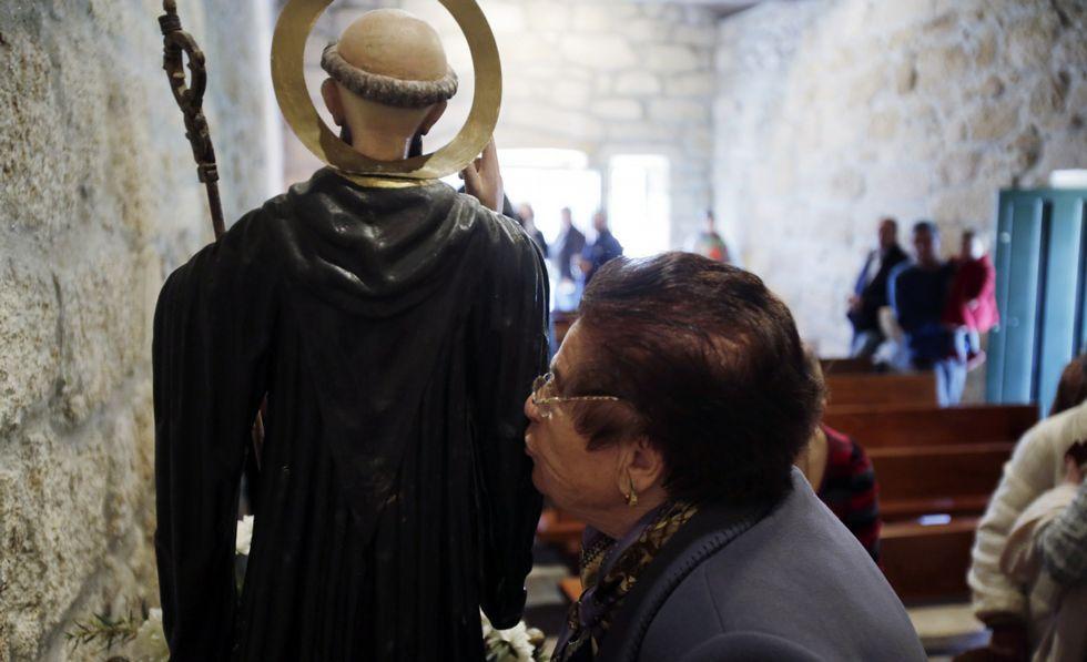 La celebración de la romería de San Benito, en A Uceira (Sandiás), volvió a dejar estampas de devoción.