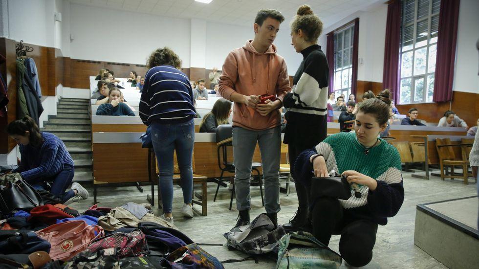 Arranca el encierro de los alumnos de Políticas.Alumnos preparandose para un examen de selectividad en Santiago, en junio del año pasado