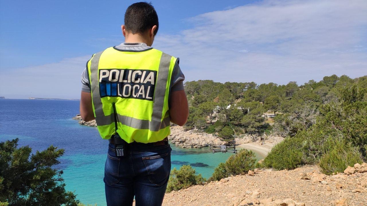 Fotografia de un agente de la Policia Local controlando una playa de Ibiza con un dron