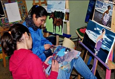 Las clases de pintura (en la foto) y las de teatro están entre la oferta de las escuelas.