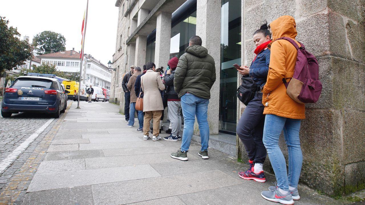 Colas en el exterior de la comisaría de Policía para renovar DNI y pasaporte. Muchos cancelaron o no acudieron a la cita y algunos aprovecharon para hacer el trámite sin tantas aglomeraciones