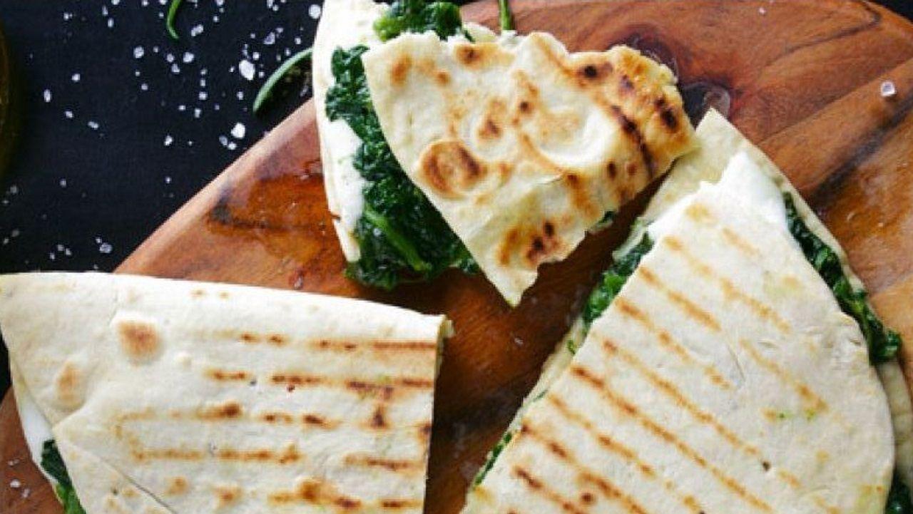 PIADINA. Los italianos rellenan este pan plano de salchichas o embutidos con un poco de rúcula.