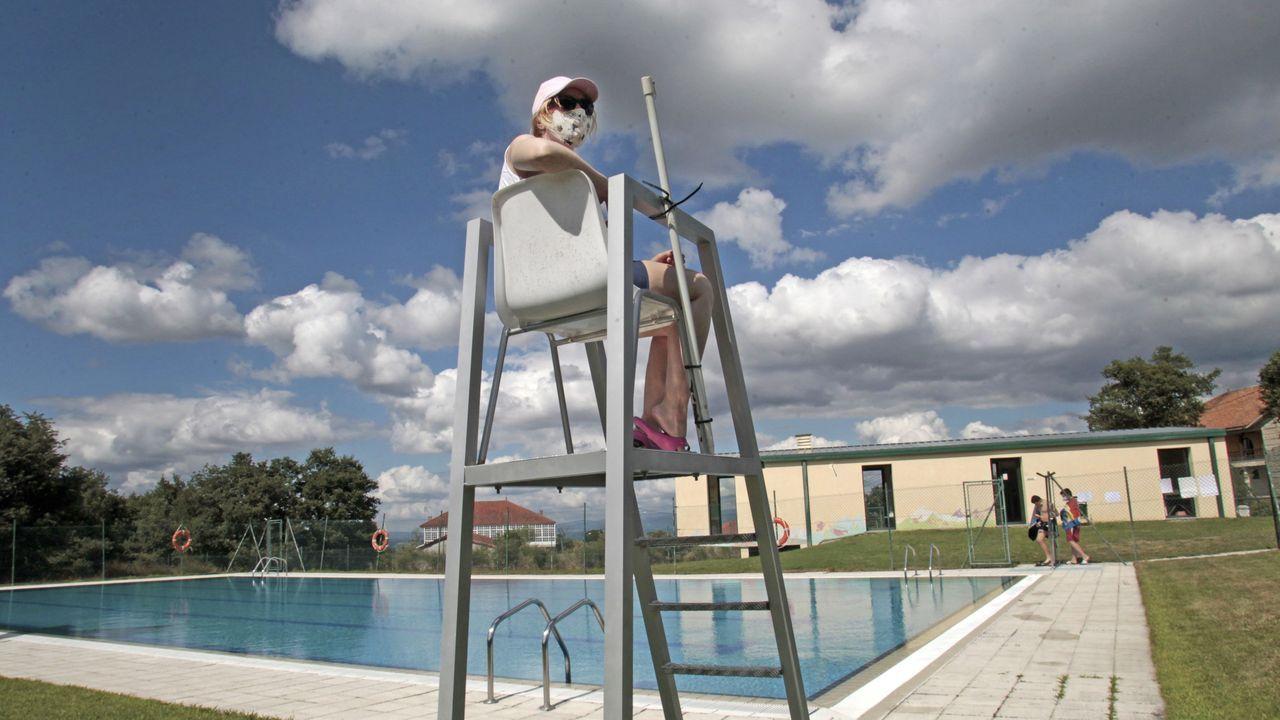 Una socorrista con mascarilla en la piscina municipal de Sober