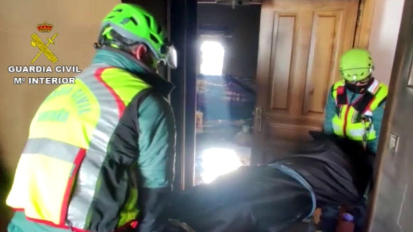 La Guardia Civil busca a un operario sepultado por un alud de nieve.Celebración del Estanco del Suerte por la lotería de El Niño