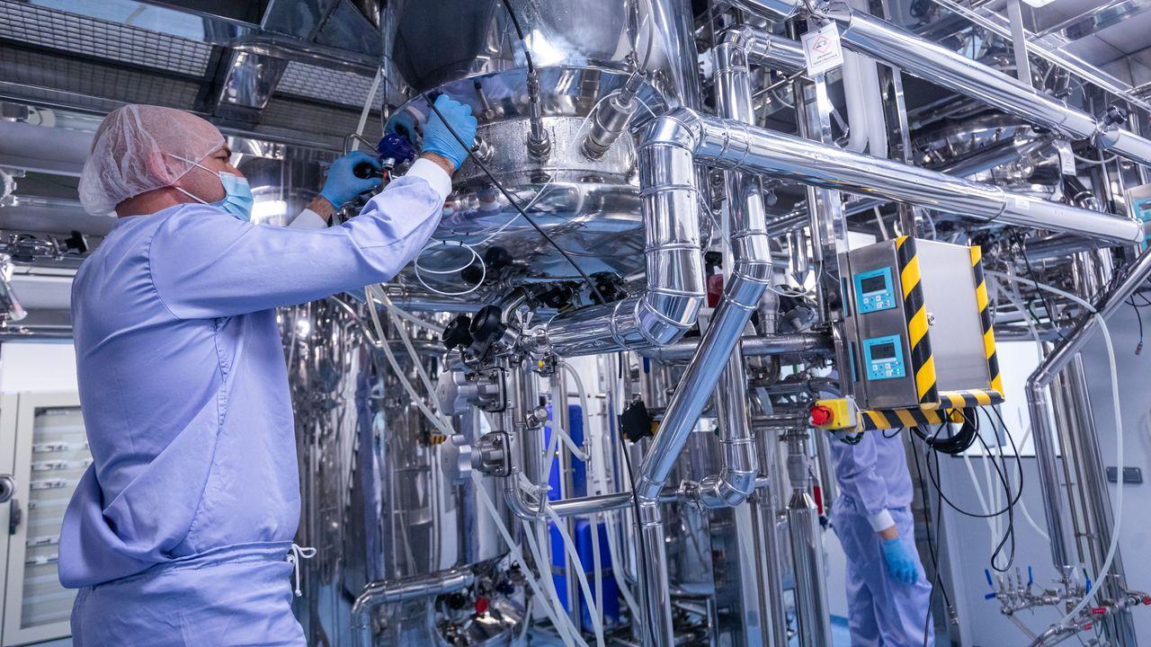 Los robots anticovid, en marcha.Trabajos de prospección en la fosa común de Grau