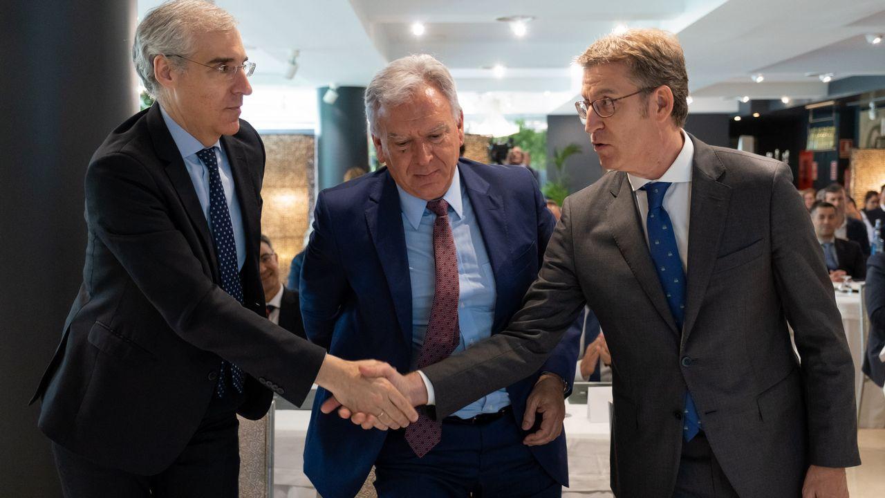 Francisco Conde y Alberto Núñez Feijoo junto con el director de investigación de Boeing, José Enrique Román