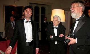 Jorge Mira, junto al director del Trinity College de Cambridge, Lord Rees, y otro invitado al cumpleaños