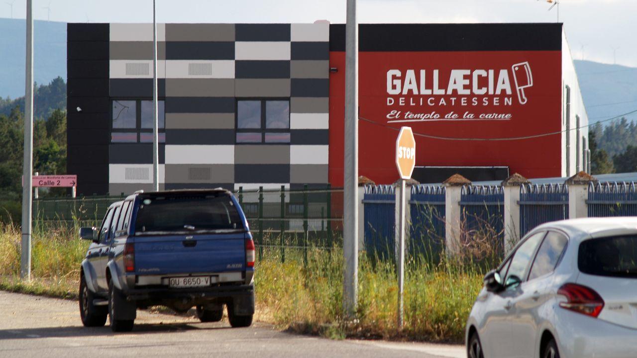 Las instalaciones y los productos de Gallaecia Delicatessen.El alcalde, en el centro, en un acto del CCU, una de las asociaciones que podrán recibir las ayudas