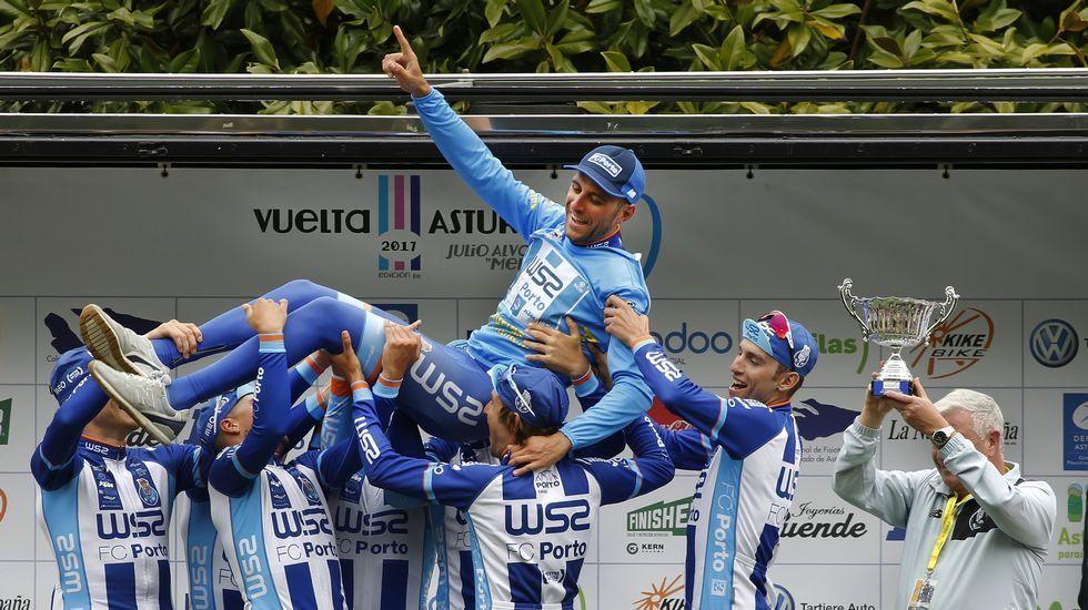El «apretón» de Dumoulin.Raúl Alarcón, levantado por sus compañeros de equipo tras ganar la Vuelta a Asturias