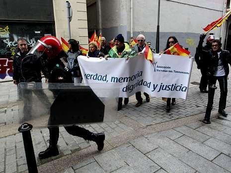 Pedraza y miembros de la AVT, escoltados en una manifestación contra la anulación de la doctrina Parot, el pasado día 28 en Mondragón.